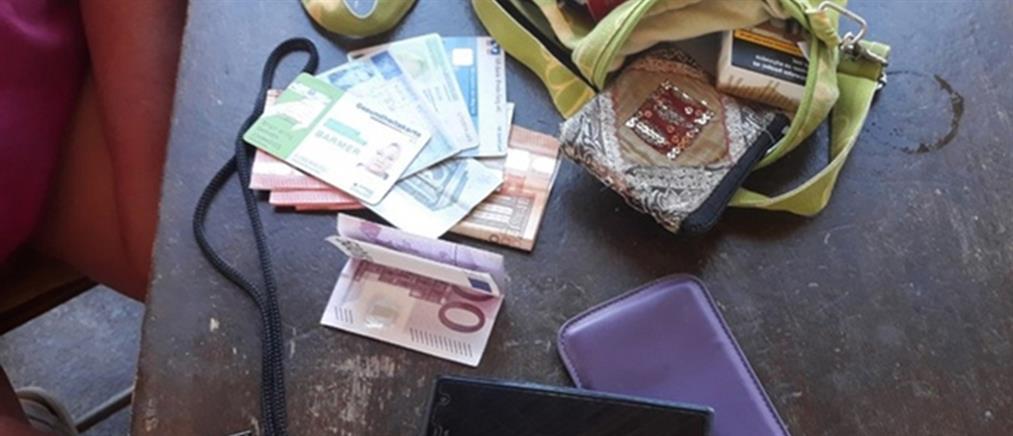Βρήκε γεμάτο πορτοφόλι τουρίστριας και το παρέδωσε (εικόνες)