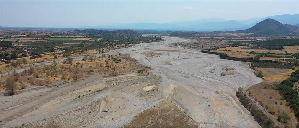 Πηνειός: Στέρεψε το ποτάμι - ολόκληρα στρέμματα θυμίζουν έρημο (εικόνες)