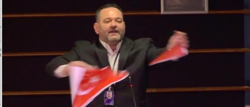 """Ο Λαγός έσκισε τουρκική σημαία και ξεσήκωσε """"θύελλα"""" αντιδράσεων (εικόνες)"""