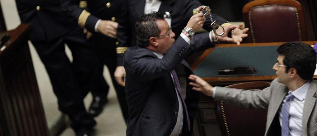 Βγήκαν και χειροπέδες στην ιταλική Βουλή