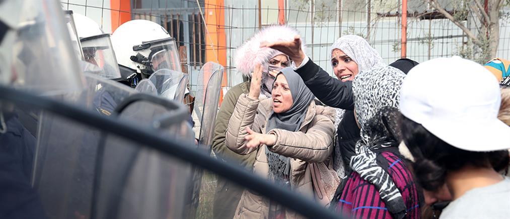Νέα επεισόδια μεταξύ προσφύγων – ΜΑΤ στα Διαβατά (εικόνες)