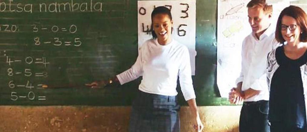 Το άλλο πρόσωπο της Ριάνα – Κάνει μαθήματα σε παιδιά στο Μαλάουι (φωτό & βίντεο)