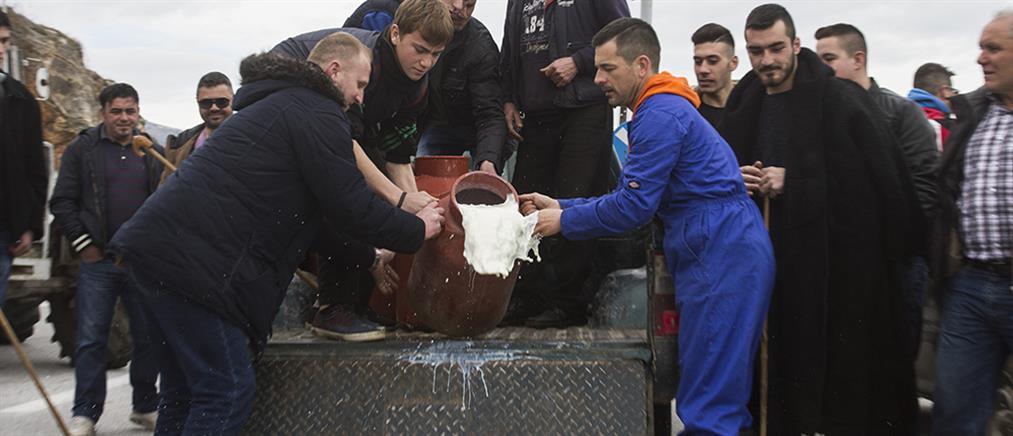 Κτηνοτρόφοι έχυσαν γάλα στην εθνική οδό Λάρισας-Κοζάνης