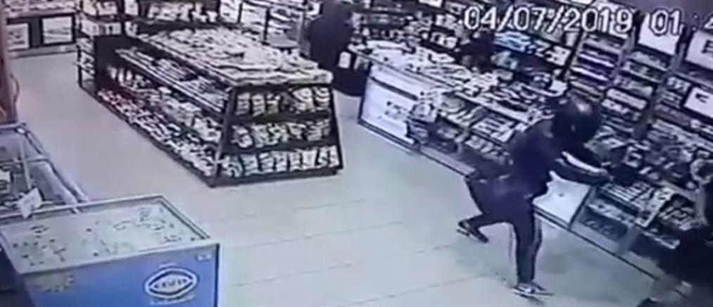 """Βίντεο - σοκ: """"Ντου"""" ληστών σε κατάστημα - Λιποθύμησε πελάτισσα"""