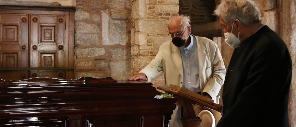 Μίκης Θεοδωράκης: Βασιλικός και Γαβράς στο λαϊκό προσκύνημα (εικόνες)