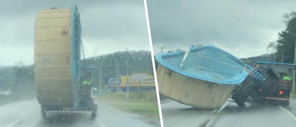 Πισίνα φορτωμένη σε τρέιλερ έπεσε στην μέση του δρόμου (βίντεο)