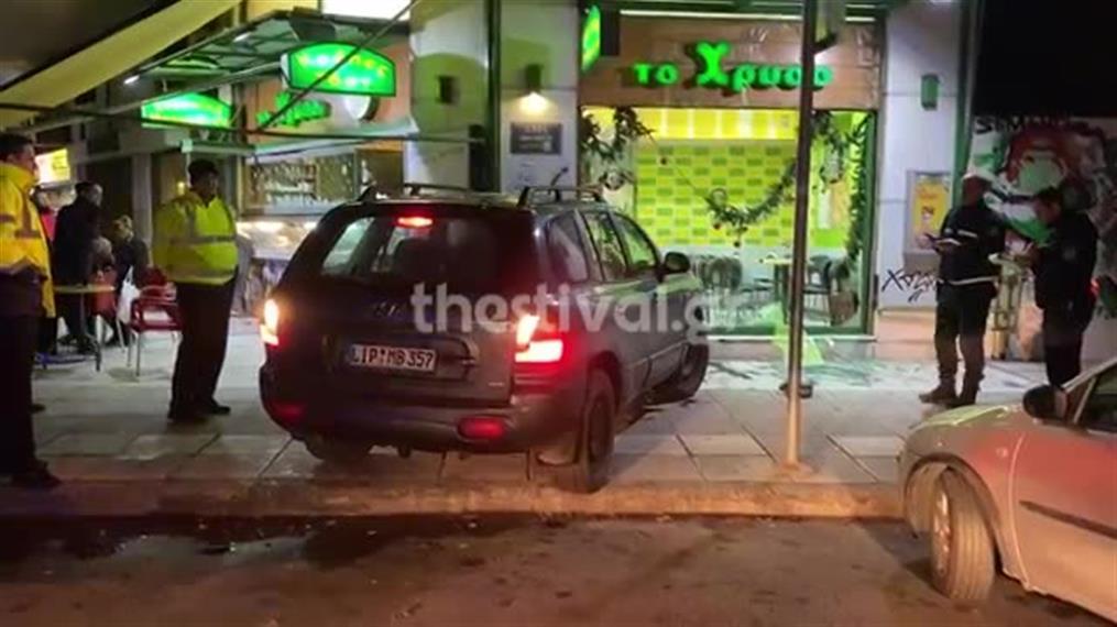 Αυτοκίνητο κατέληξε σε μπουγατσατζίδικο ύστερα από καταδίωξη από περιπολικό