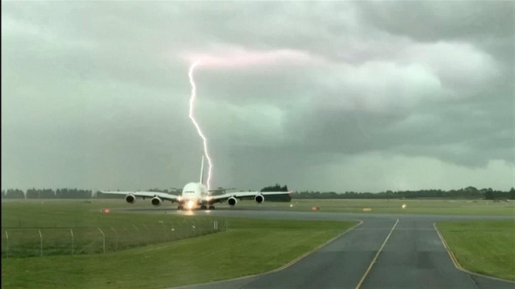 Κεραυνός έπεσε δίπλα σε αεροπλάνο
