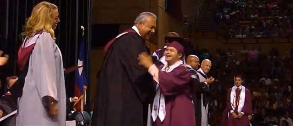 """Μαθητής με σύνδρομο Down """"έκλεψε την παράσταση"""" σε τελετή αποφοίτησης (βίντεο)"""