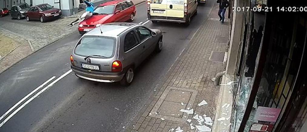 Έσπασε την τζαμαρία αλλά τρέχοντας να φύγει τον παρέσυρε αυτοκίνητο (βίντεο)