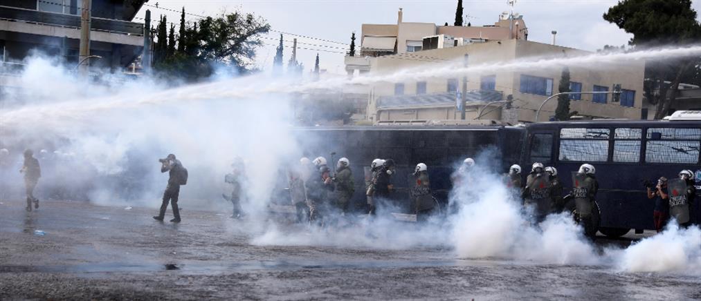 Ένταση και χημικά έξω από την πρεσβεία του Ισραήλ (εικόνες)