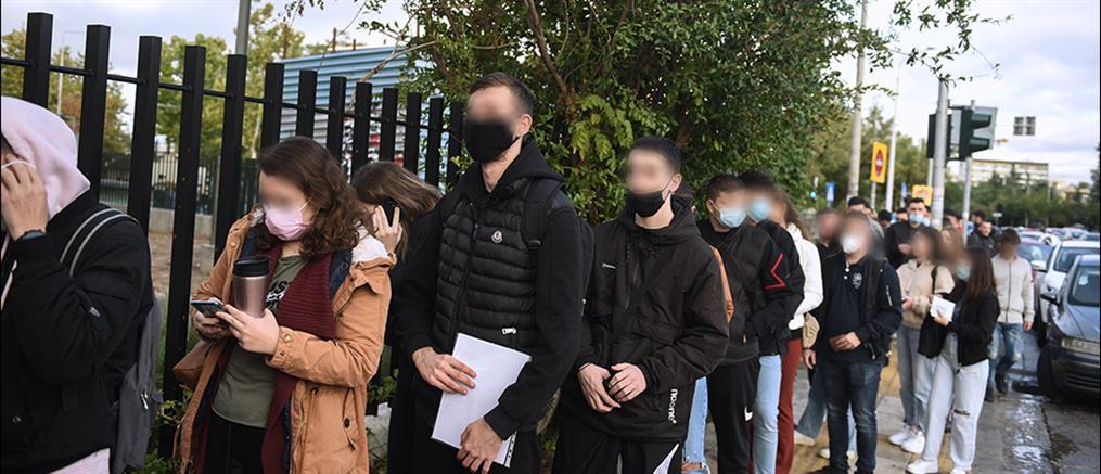 ΠΑΜΑΚ: Φοιτητές κάνουν ουρές για να μπουν στο πανεπιστήμιο (εικόνες)