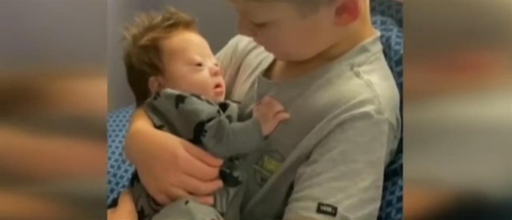 Το συγκινητικό τραγούδι ενός αγοριού στο αδερφάκι του με σύνδρομο Down (βίντεο)
