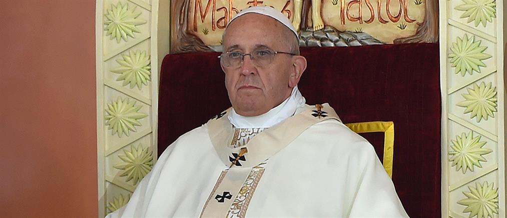Ο πάπας Φραγκίσκος μοιράζει ομπρέλες