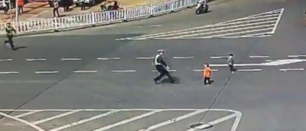 """Βίντεο – σοκ: 3χρονα το """"σκάνε"""" από παιδικό σταθμό και βγαίνουν στη λεωφόρο"""