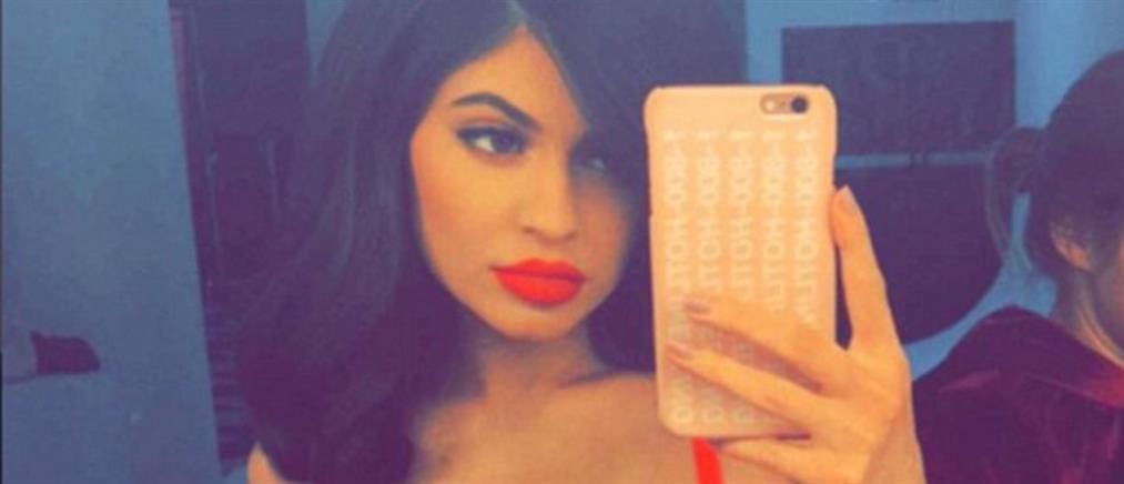 """Kylie Jenner: """"φωτιά στα κόκκινα"""" και στο Instagram"""