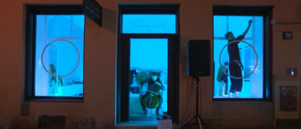 Κορονοϊός: θέατρο στη βιτρίνα κλειστού καταστήματος (βίντεο)
