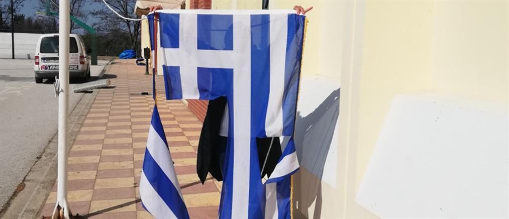 Θεσσαλονίκη: Μαθητές έσκισαν την ελληνική σημαία σε σχολείο