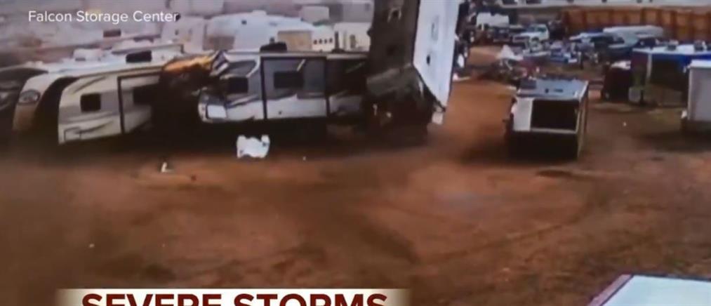 """Τροχόσπιτα διαλύονται από το """"σφυροκόπημα"""" των ανέμων (βίντεο)"""