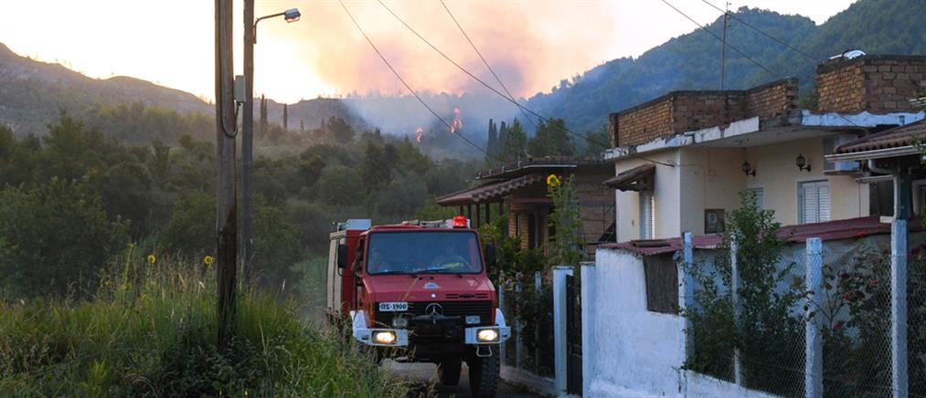 Φωτιές στην Πελοπόννησο: συνεχίζεται η μάχη με τις αναζωπυρώσεις