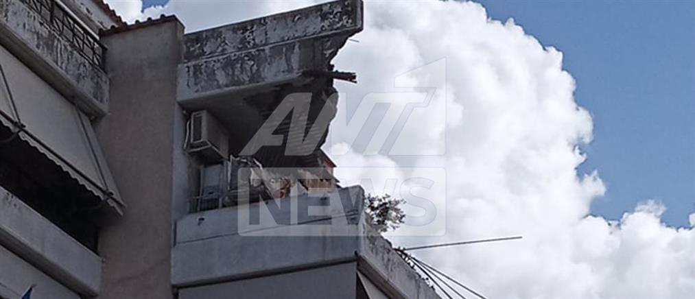 """""""Μπάλλος"""" - Χαλάνδρι: Έπεσε μπαλκόνι πολυκατοικίας (εικόνες)"""