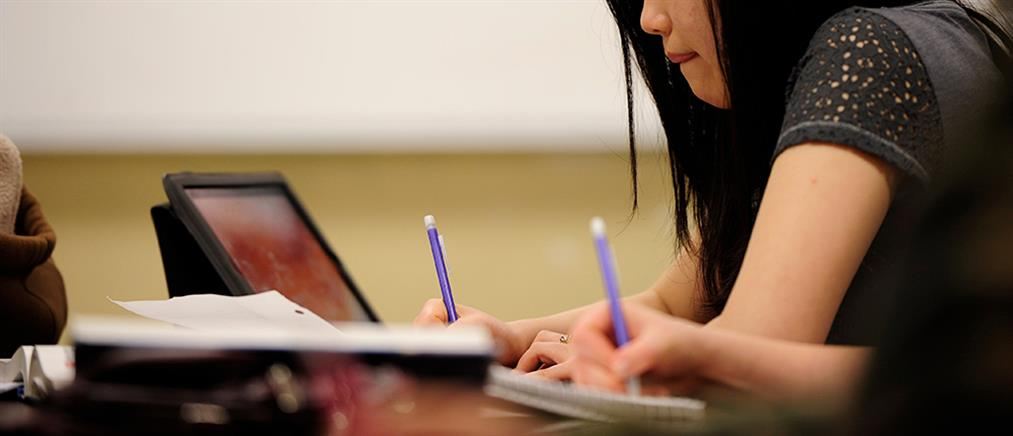 Καθηγήτρια υποχρέωσε φοιτητές να γράψουν την διπλωματική της κόρης της