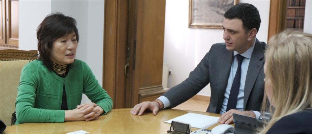 Κοροναϊός: Συνάντηση Κικίλια με την Πρέσβη της Κίνας – Τι αποφάσισαν