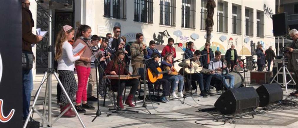 """""""Μπουλούκια"""" καρναβαλιστών στη Λάρισα (βίντεο)"""