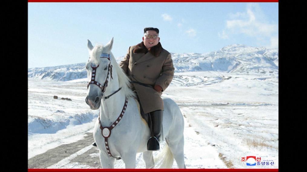 Εικόνες του Κιμ Γιονγκ Ουν να ιππεύει άσπρο άλογο στο Ιερό Βουνό