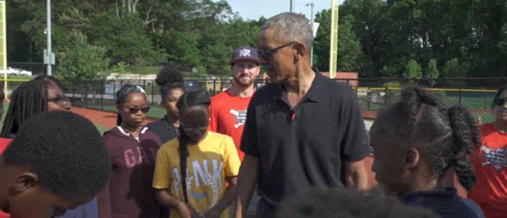 """Μπαράκ Ομπάμα: Η έκπληξη που """"τρέλανε"""" νεαρούς παίκτες μπέιζμπολ (βίντεο)"""