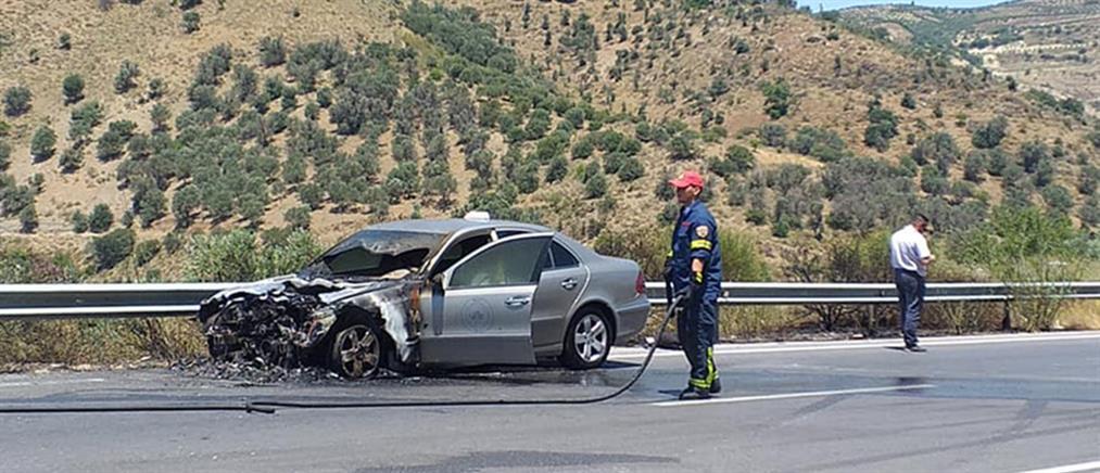 Ταξί τυλίχθηκε στις φλόγες εν κινήσει (εικόνες)