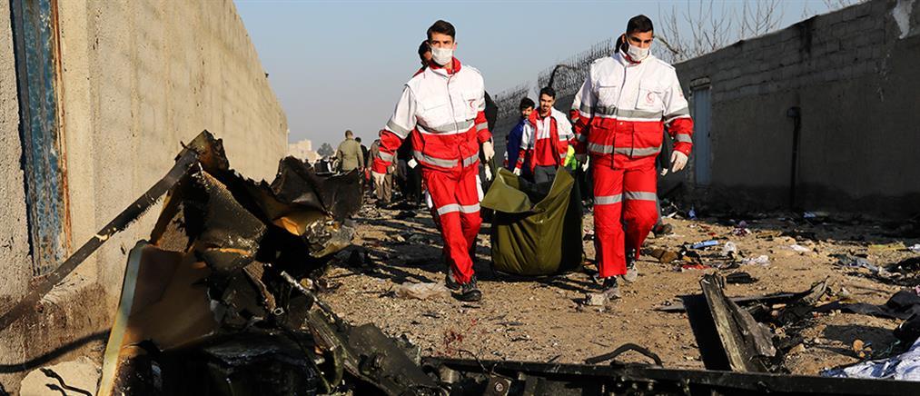 Συντριβή Boeing 737: Νιόπαντροι, οικογένειες και φοιτητές τα θύματα (εικόνες)