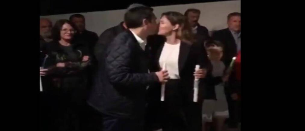 """Το """"αναστάσιμο"""" φιλί του Αλέξη Τσίπρα στην Περιστέρα Μπαζιάνα (βίντεο)"""