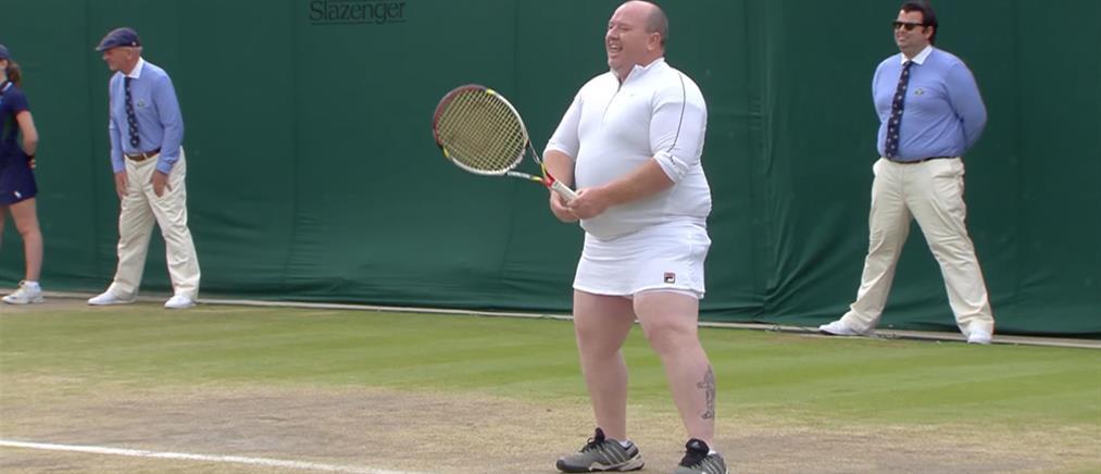 Wimbledon: φόρεσαν φούστα σε θεατή και τον έβαλαν να παίξει! (βίντεο)
