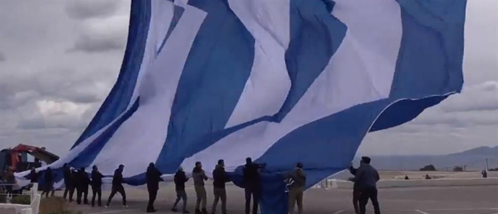 Λίμνη Πλαστήρα: υψώθηκε η μεγαλύτερη ελληνική σημαία στον κόσμο!