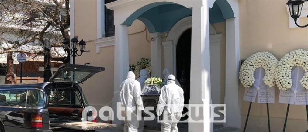 Με μάσκες και στολές η κηδεία του πρώτου νεκρού από κορονοϊό στην Ελλάδα