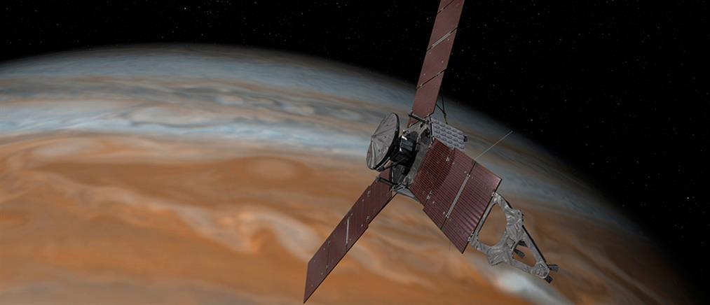 """Το Juno πάνω από την """"ερυθρά κηλίδα"""" του Δία"""