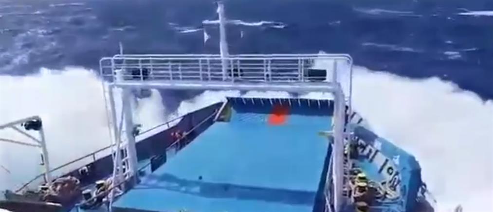 """Η μάχη του """"Δασκαλογιάννη"""" με τα κύματα (βίντεο)"""