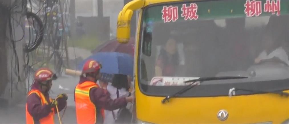 Λεωφορείο κόλλησε σε πλημμυρισμένο δρόμο (βίντεο)