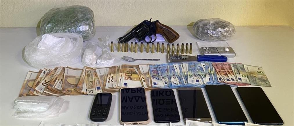 Έκρυβαν ναρκωτικά και όπλα μέσα σε καναπέ (βίντεο)