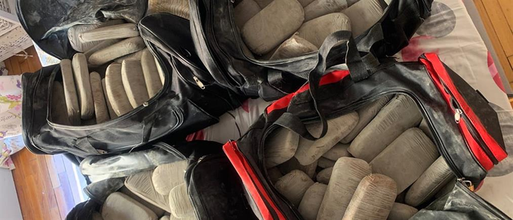 """Πάνω από 100 κιλά ηρωίνης βρέθηκαν """"ορφανά"""" σε διαμέρισμα (εικόνες)"""