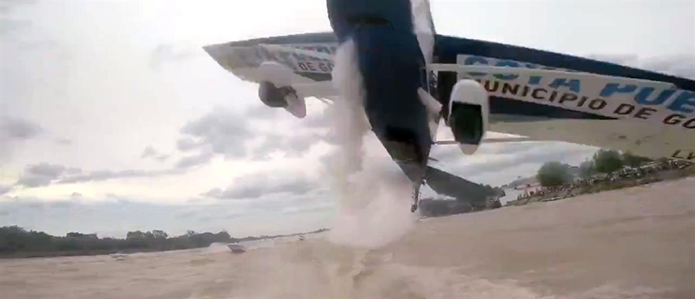Αεροπλάνο περνά ξυστά πάνω από ταχύπλοα!