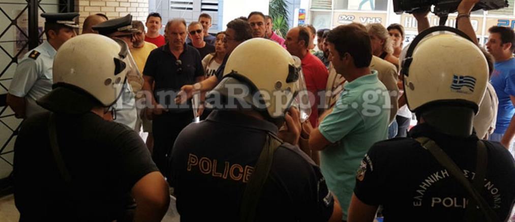 ΜΑΤ, ένταση και συλλήψεις στη συνεδρίαση του δημοτικού συμβουλίου (φωτο + βίντεο)