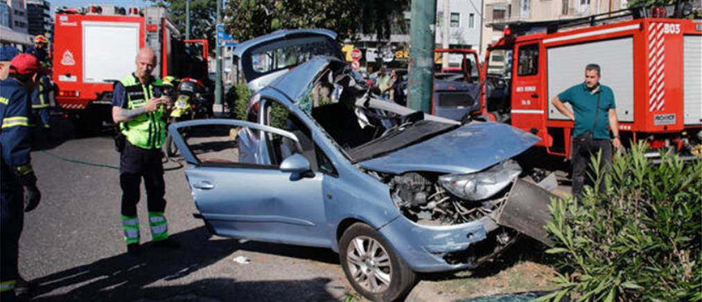 """Αυτοκίνητο """"καρφώθηκε"""" σε κολώνα στην Συγγρού"""