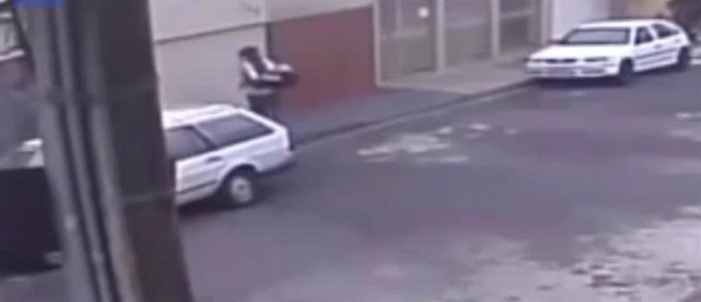 Βίντεο – σοκ: Πέταξε το μωρό στα σκουπίδια και… πήγε στη δουλειά