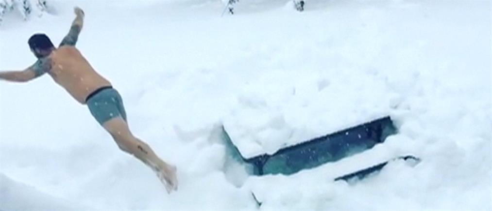 """Προβλήματα και παιχνίδια στα χιόνια που """"εξαφάνισαν"""" πόλεις των ΗΠΑ (βίντεο)"""