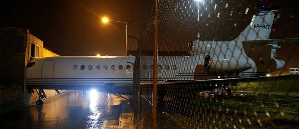 """Ισχυροί άνεμοι παρέσυραν αεροπλάνο και """"καρφώθηκε"""" σε κτίριο (φωτό)"""