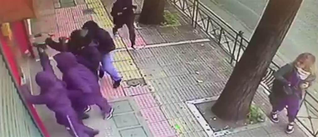 Βίντεο ντοκουμέντο από την καταδρομική επίθεση κουκουλοφόρων στην Πατησίων