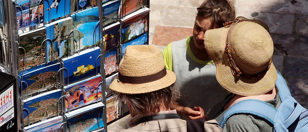 Οι τουρίστες έχουν κατακλύσει τα ελληνικά νησιά (βίντεο)