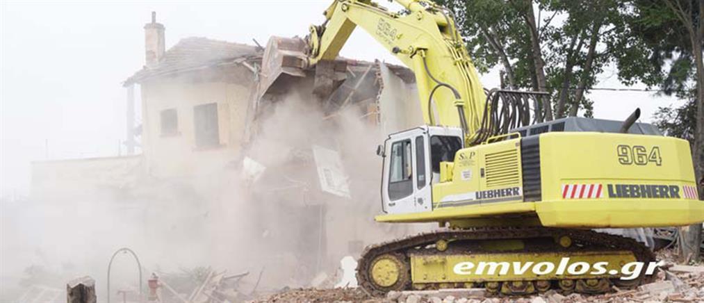 Άδενδρο: ξεκίνησε η κατεδάφιση του σπιτιού για να γίνει ανάσυρση της μηχανής του τρένου (βίντεο)